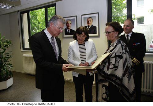 Le Président Jean-Gérard PAUMIER et Madame Catherine CÖME, Première Vice-Présidente, remettent  à Madame la Ministre une reproduction d'un livre de G. Courteline, originaire de TOURS.