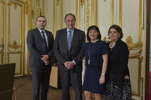 Mme Annick Girardin, Ministre de la Fonction publique, à coté de M. Michel Hiriart, Président de la FNCDG, entourés par Thierry Sénamaud, Directeur FNCDG et Cindy Laborie, Juriste FNCDG